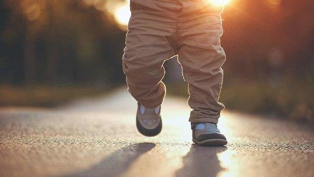 علائم دیر راه رفتن کودکان